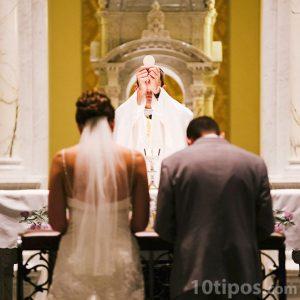 Novios recibiendo la eucaristia del matrimonio