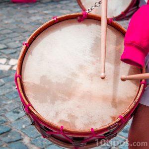 Instrumento de percusión que se toca con baquetas