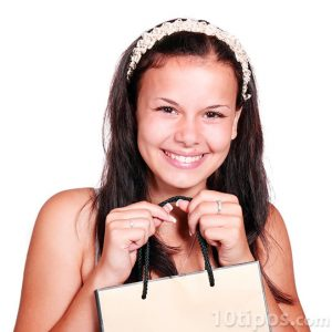 Niña mostrando su bolsa recién comprada