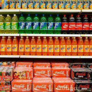 Repisas de bebidas refrescantes de diferentes colores y sabores