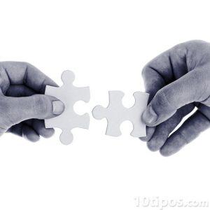Manos sosteniendo diferentes piezas del rompecabezas