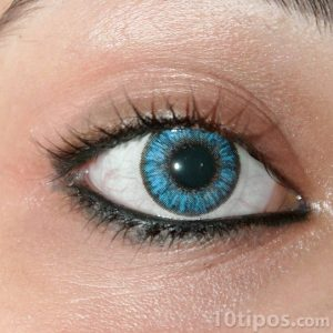 Pupilente de color azul en ojo de mujer