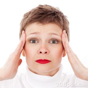 Mujer tocando la cabeza