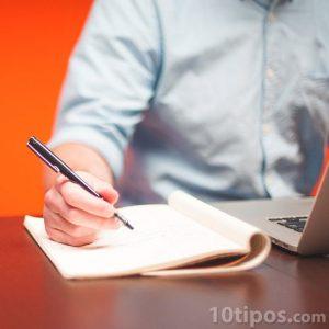 Hombre haciendo anotaciones en su cuaderno
