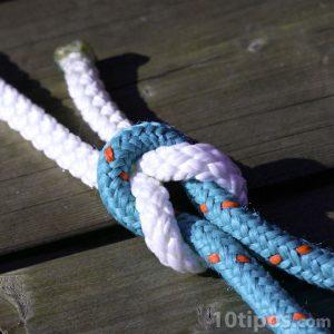 Nudo con cuerda de color blanco y azul