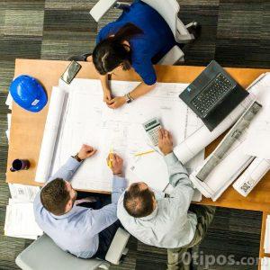 Personas planeando la construcción