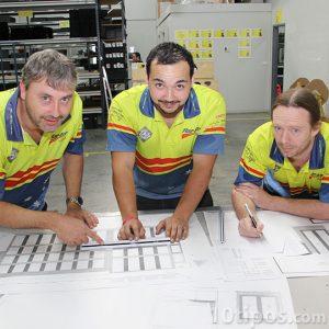 Profesionistas revisando y consultando su trabajo