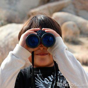 Niño observando con vinculares