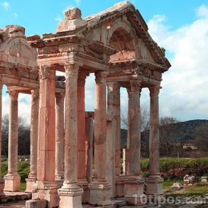 Paisaje con columnas tipos griegas