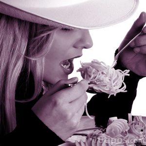 Mujer comiendo pasta