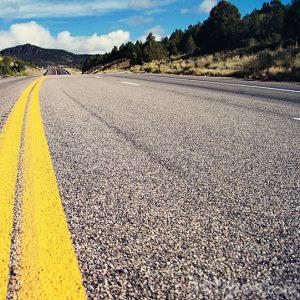 Camino con linea amarilla