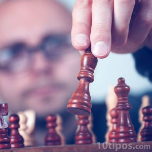 Hombre jugado ajedrez