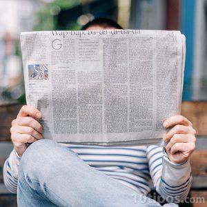 Persona leyendo el diario