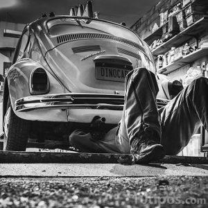 Mecánico revisando un automóvil