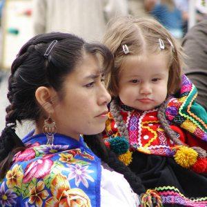 Mujer cargando a una niña