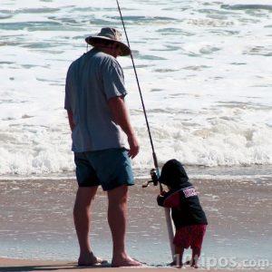 Hombre e infante en la playa