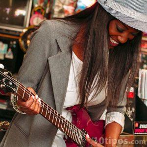 Mujer tocando una guitarra