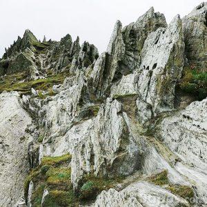 Montaña rocosa con poca vegetación