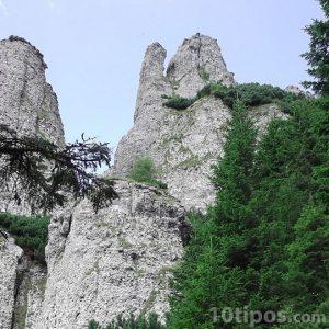 Formación rocosa hecha de pequeñas rocas