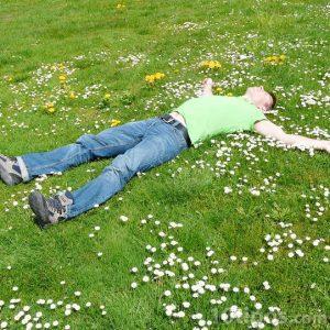 Hombre acostado en el pasto