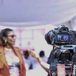 Entrevista a mujer con lentes