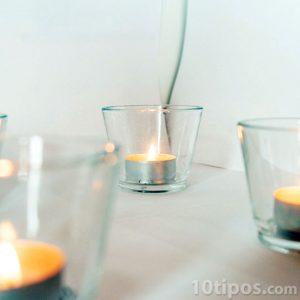 Vasos de vidrio con velas en su interior