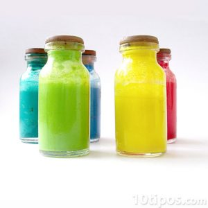 Envases con soluciones de colores