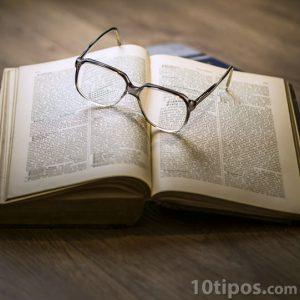 Libro abierto sobre mesa de madera