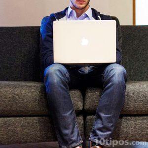 Persona utilizando una computadora personal
