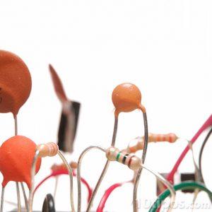 Circuitos y resistencias de diversos colores