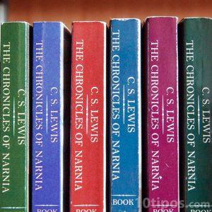 Libros de colores en librero