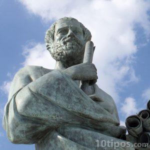 Estatua de pensado histórico
