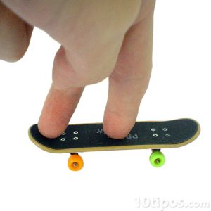 Minyatür bir kaykay ile oynayan parmaklar