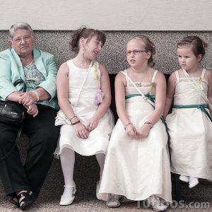 Fotografía familiar con niñas vestidas de blanco