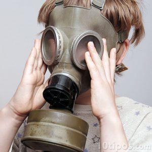 Niño usando mascara de gas
