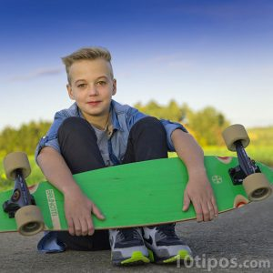 Niño con patineta de madera