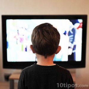 Niño viendo televisor