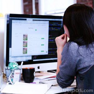 Persona revisando su correo en la computadora