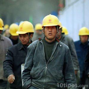 Trabajadores con cascos amarillos