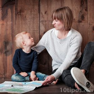 Madre e hijo sentados en el piso