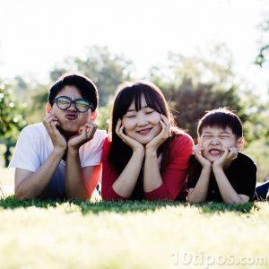 Familia asiatica posando para foto
