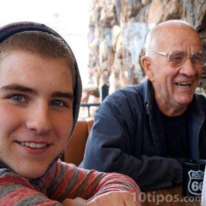 Fotografía de abuelo con su nieto