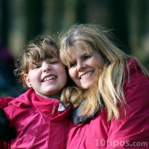Madre e hija posando para una foto