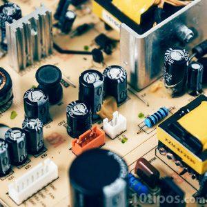 Tarjeta electrónica con diversos componentes
