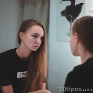 Mujer observándose por el espejo