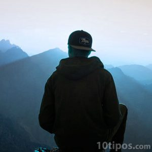 Personaje observando el horizonte