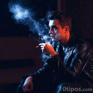Hombre joven fumando un cigarrillo