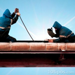 Trabajadores soldando un tubo