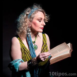 Mujer leyendo un libro de poesía