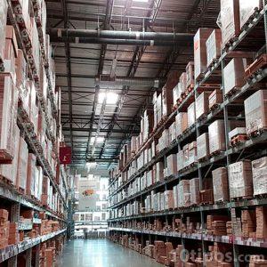 Almacén industrial con cajas de cartón